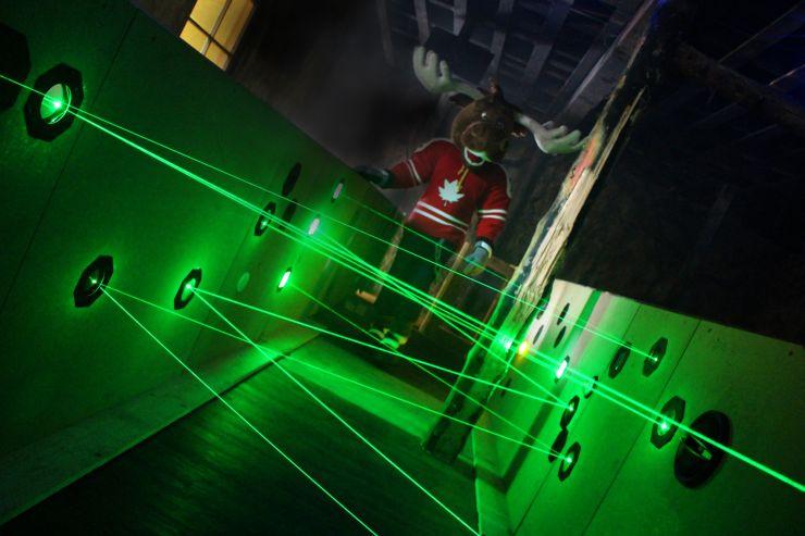 Foto: Fort Fun, Der Elch Moose begutachtet die Fortschritte der Baumaßnahmen im Laser-Parcours der neuen Attraktion FunnyFuxBau.