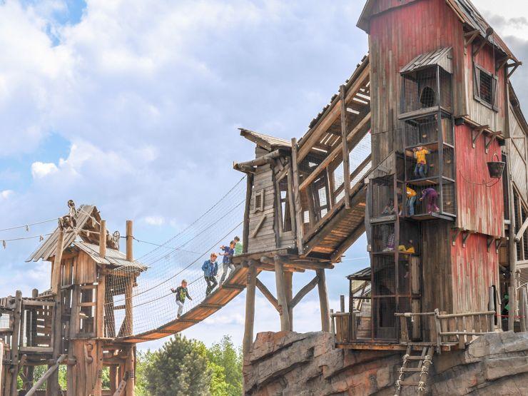 Foto: Jaderpark, Grizzly Mountain-Adventure, Ueber die Haengebruecke zum Foerderturmturm