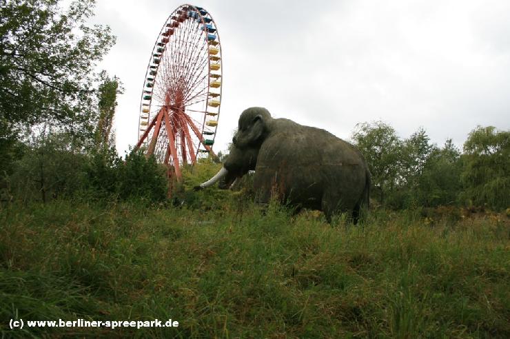 Foto: Spreepark Plänterwald, Mammut vor dem ehemaligen Treptower Wahrzeichen, dem Riesenrad.