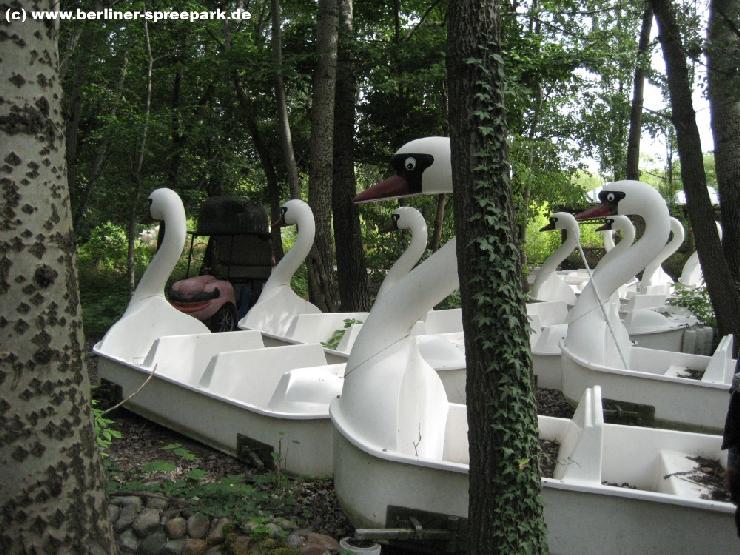 Foto: Spreepark Plänterwald, Die Schwanenboote der früheren Kanalfahrt stehen derzeit auf dem Trockenen.