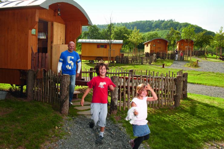Foto: Erlebnispark Tripsdrill, Naturnah übernachten im Schäferwagen