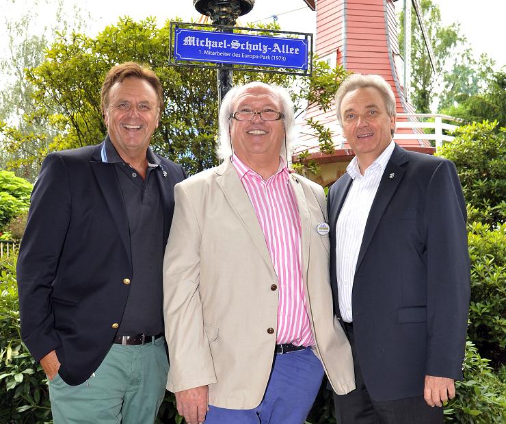 Foto: Europa-Park, Große Ehre - Roland und Jürgen Mack weihen mit Michael Scholz (Mitte) die Michael-Scholz-Allee im Europa-Park ein. Parks