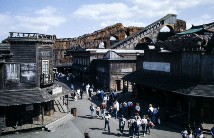 Foto: Stefan Scheer / CC BY-SA 3.0, Phantasialand Silver City with Gebirgsbahn 1984