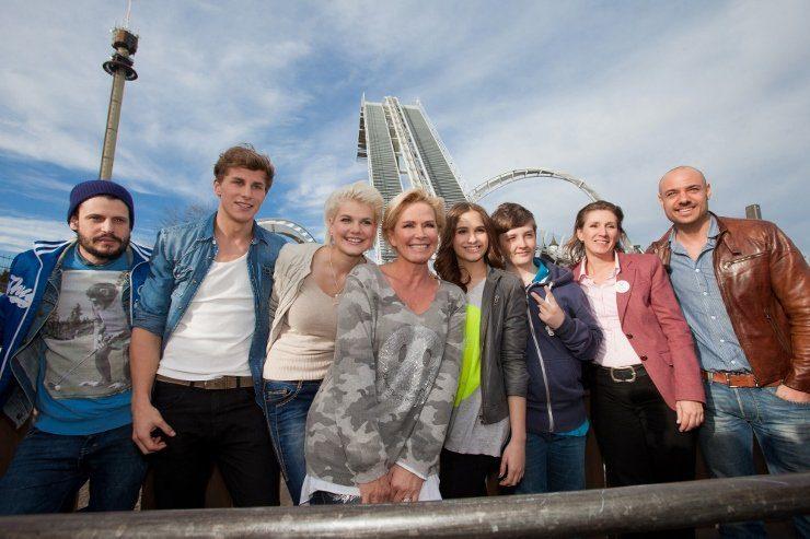 Foto: Heide Park Resort,  Prominente Erstfluggäste vor Deutschlands erstem Wing Coaster Flug der Dämonen
