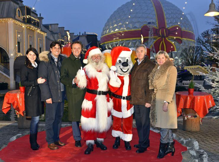 Foto: Europa-Park, Familie Mack vor der winterlichen Eurosat im Französischen Themenbereich
