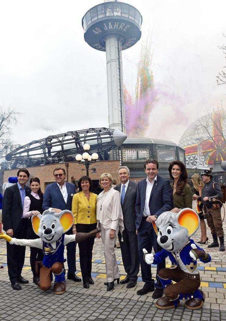 Foto. Europa-Park, Familie Mack vor dem neu gestalteten Euro-Tower