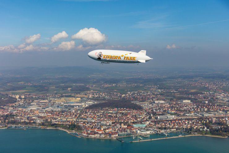Foto: Europa-Park, Der Europa-Park Zeppelin schwebt über dem Bodensee