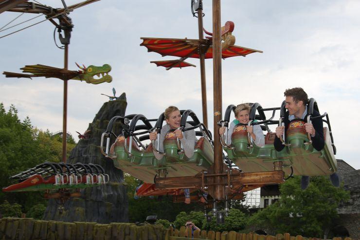 Foto: Heide Park Resort, Drachenzähmen – Die Insel wird eröffnet von Schauspielerin Nina Bott und Familie