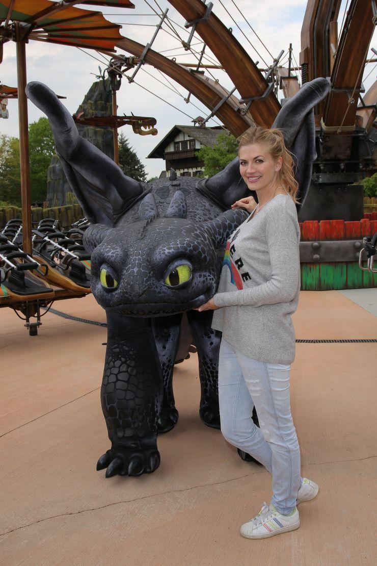 Foto: Heide Park Resort, Drachenzähmen – Die Insel mit Nina Bott neben Drache Ohnezahn