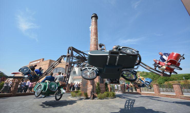 Foto: Erlebnispark Tripsdrill, auf Motorrädern in die Steilkurve