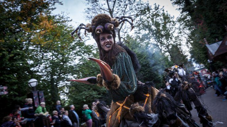 Bei der täglichen Halloween-Parade treiben jede Menge unheimliche Gestalten ihr Unwesen.
