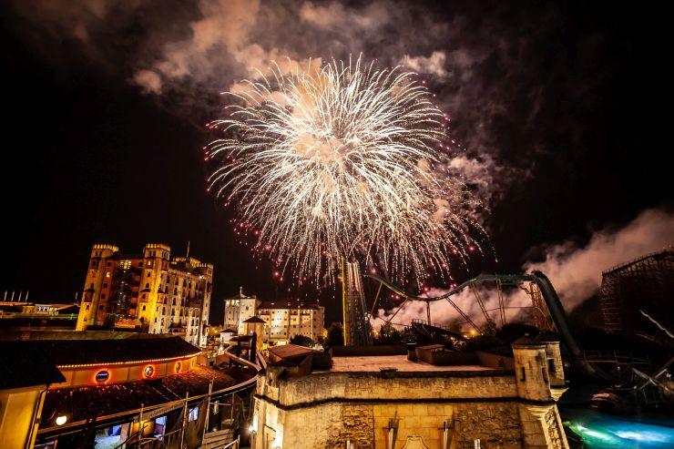 Das absolute Highlight der Feierlichkeiten anlässlich der Wiedervereinigung ist das spektakuläre Höhenfeuerwerk, welches den Gästen um 19 Uhr einen gelungenen Abschluss des Tages im besten Freizeitpark weltweit bietet!