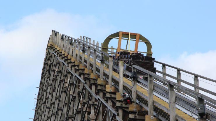 Letzte Schiene für Europas höchste und schnellste Holzachterbahn